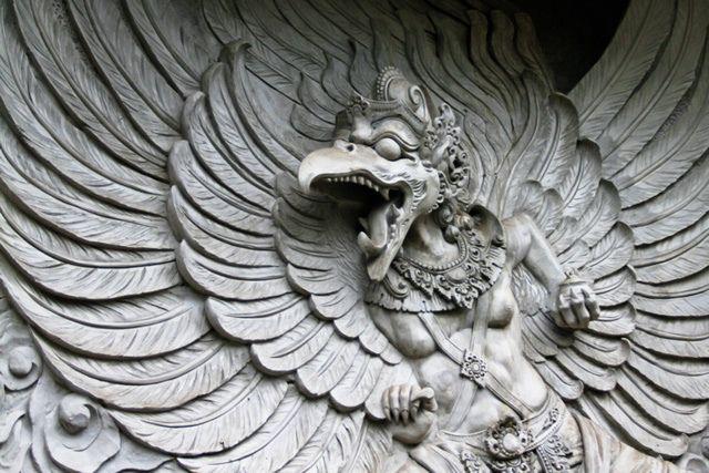 Garudá es un pájaro mítico, considerado un dios menor (o semidiós) en el hinduismo y en el budismo. Generalmente es iconizado como un águila gigante y antropomórfica: cuerpo humano de color dorado, rostro blanco, pico de águila y grandes alas rojas. Es muy antiguo, enorme y puede tapar la luz del Sol.