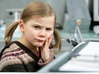 Когда удаление молочных зубов у детей необходимо?