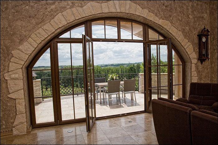 W naszych domach coraz chętniej montujemy duże drzwi tarasowe lub okna balkonowe. Imponujące przeszklenia sprawiają bowiem, że wnętrza wyglądają nowocześnie i elegancko, a jednocześnie są dobrze oświetlone.