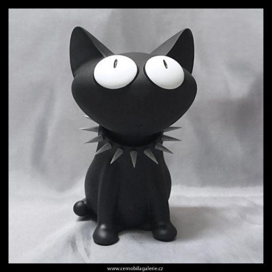 Pokladnička ve tvaru sedící černé kočky s vykuleným pohledem, která je ozdobená obojkem s ostny. Kasička má pevné plastové provedení s polomatným vzhledem kůže, pokladnu lze vybírat díky šroubovací hlavě.
