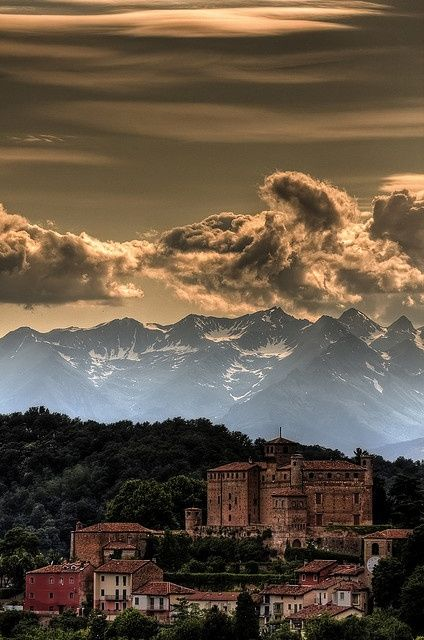Cielo minaccioso nei dintorni di Torino - Castello di Bardassano #aroundTorino