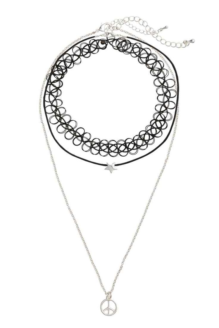 Collane, 3 pz: Collane in diverse misure e modelli. Un choker in plastica, una collana in cordoncino cerato con ciondolo a stella in metallo. Lunghezza regolabile, 40-47 cm. Una catenina in metallo con pendente in metallo. Lunghezza regolabile, 45-52 cm.