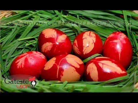 Oua rosii de Paste decorate cu frunze