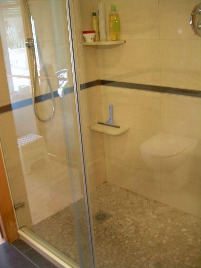 Platos de ducha 5 tipos de suelos para duchas dutxa for Plato ducha suelo