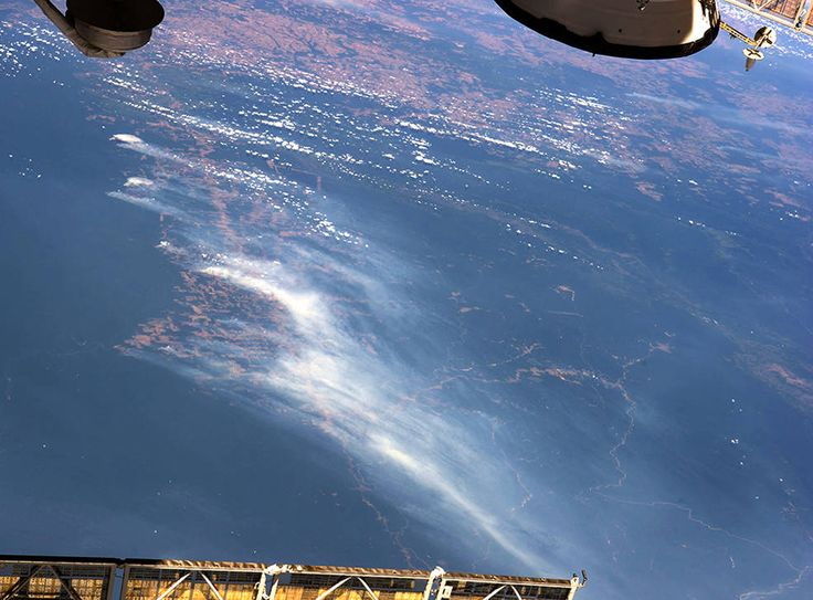 A fumaça de vários incêndios na região de Mato Grosso do Brasil levanta-se sobre áreas florestadas e desmatadas,