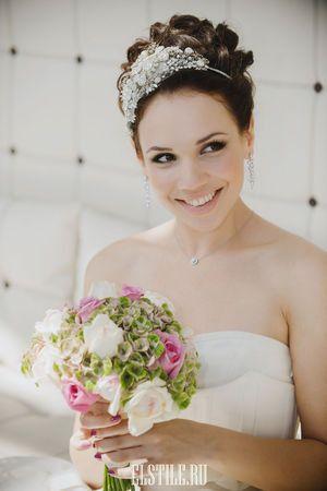 свадебная прическа с ободком фото, свадебная прическа, волосы все наверх из локонов фото