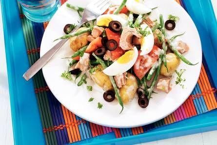krieltjes/pasta, ei, boontjes, tonijn, tomaat, yoghurtdressing/knoflookdressing, olijven
