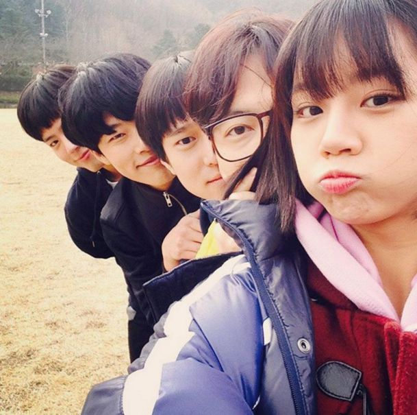 "Girl's Day Hyeri Inspires Squad Goals With ""Reply 1988″ Cast - I loveee this photo"
