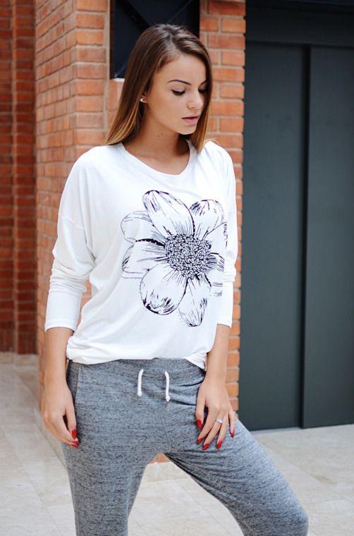 Bluzka typu oversize z nadrukowanym kwiatem zdobionym dżetami. Oryginalnie zapakowana z kompletem metek, wykonana z miękkiej i lekko układającej się dzianiny. Modny design i niepowtarzalny wygląd, pasuje do wielu stylizacji, zarówno codziennych jak i sportowych.