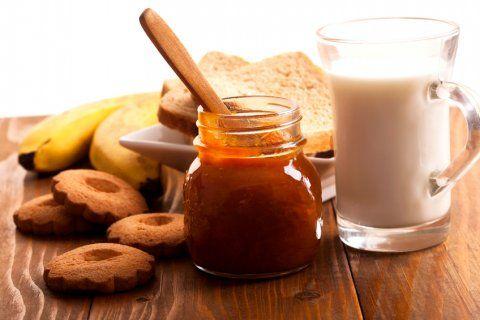 Prepara una deliciosa mermelada de plátano y ron que cambiará tus desayunos. Sabemos que suena raro, pero esta mermelada de plátano y ron es deliciosa sobre un pan o ideal para preparar rellenar pasteles. También puedes utilizar la mermelada de plátano y ron sobre hot cakes.
