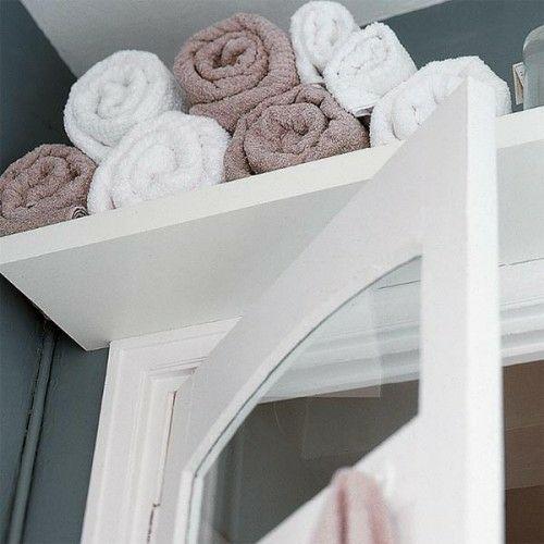 aufbewahrung und ordnung im badezimmer holz weiß regal rolltücher