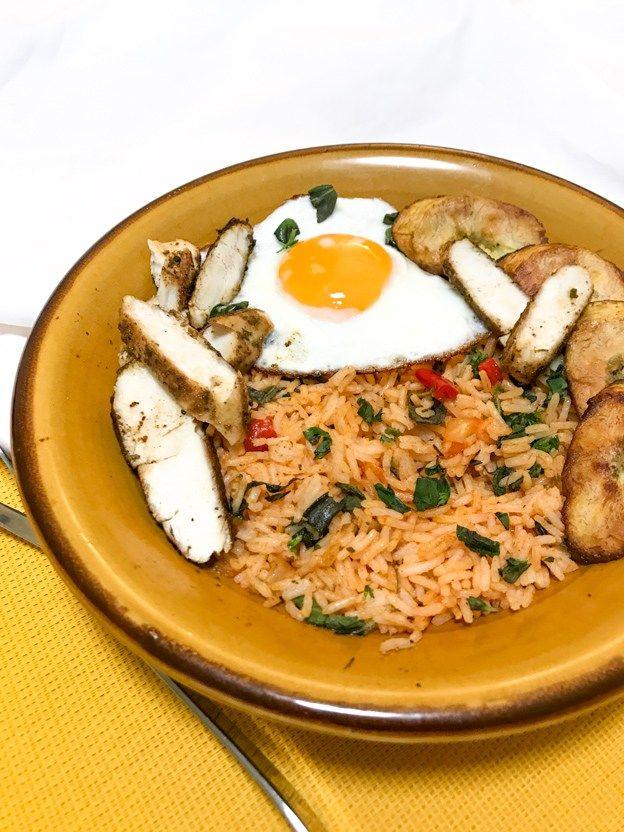 cubaanse kip met bakbanaan, rijst en gebakken ei