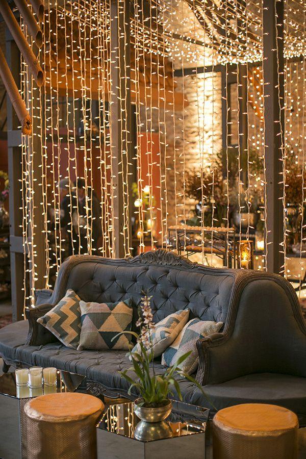 Lounge com luzinhas - Decoração de casamento industrial e tropical ( Decoração: Bothanica Paulista | Foto: Roberto Tamer )