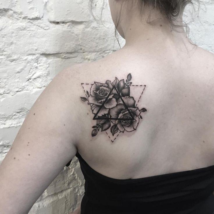 """Polubienia: 66, komentarze: 1 – Viola Jakuczek (@violajakuczektattoo) na Instagramie: """"#tattoo #rosetattoo #tattooidea #geometrictattoo #trójkąty #blacktattoo #roses """""""