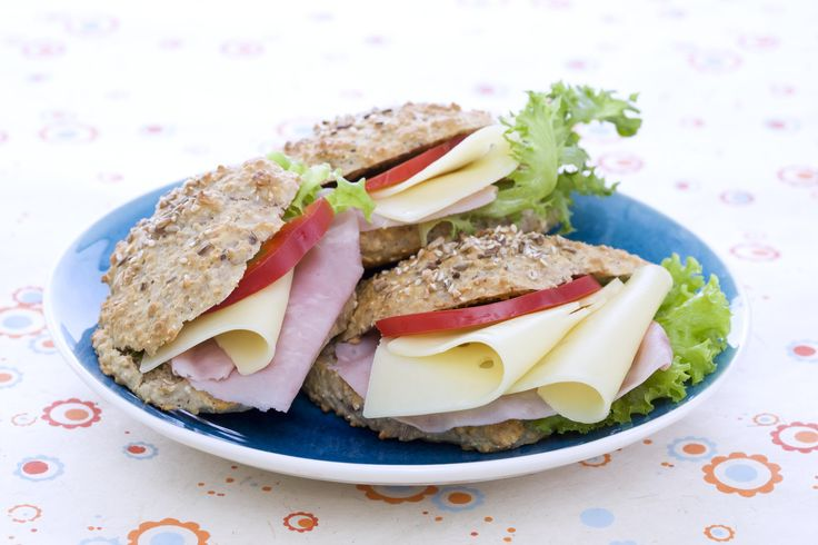Lettvinte og saftige scones (Rundstykker uten heving): Hvis du har lyst på ferske rundstykker på under halvtimen, er disse ypperlige. Hva med å lage disse til frokost og i tillegg ta med et par på skolen?