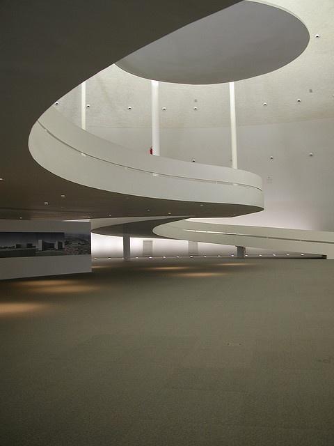 Niemeyer μεγάλες γενναιόδωρες καμπύλες σε εσωτερικούς χώρους αλλά και σε ογκοπλασίες