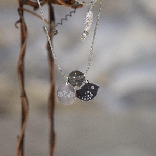 PTÁČEK- Náhrdelník vyroben z pevné hedvábné šňůrky, navlékání přes hlavu, zakončen stříbrným komponentem šištička, nastavitelná délka. Dozdoben stříbrnými komponenty- Ag 925/1000 ptáček, medailonkem Impronte a drahým kamenem Záhněda.