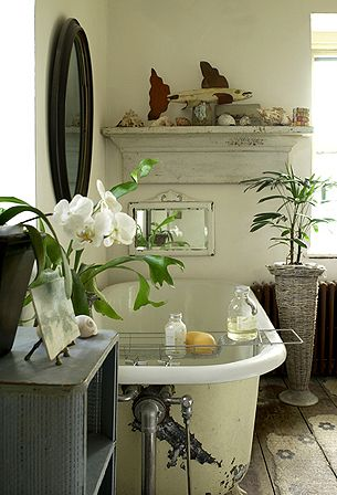 The Bath for la femmes is very small and simple, but it does have a lovely tub.......