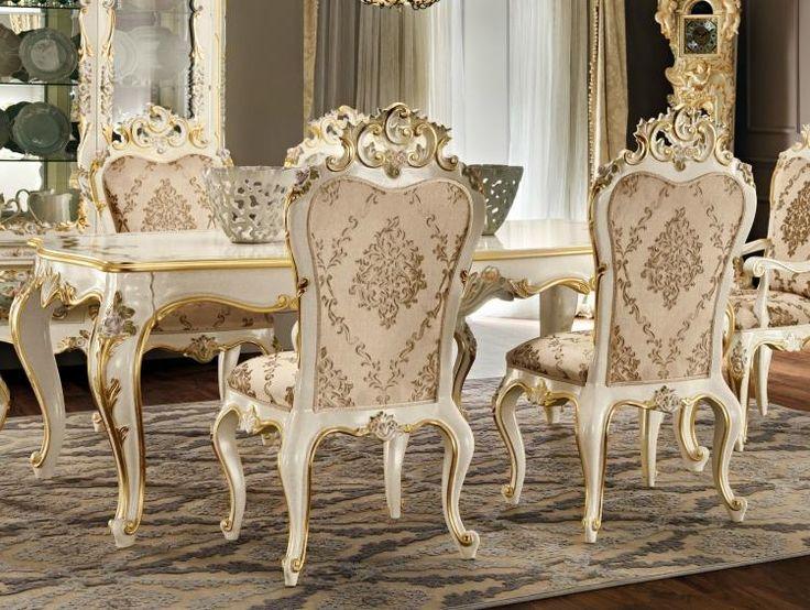 Weiße Stühle im Esszimmer mit Golddetails