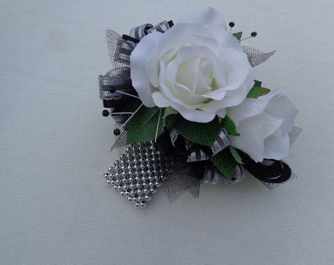 Ramillete y flor en el ojal correspondiente en plata y negro