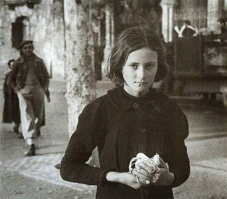 """Una niña con un """"atadillo"""" de garbanzos, tras la guerra civil, España vivió los años del hambre, los años de la miseria, los años de la desesperación, bajo una cruel y asesina dictadura franquista, ninguna nación ayudó a España y el pueblo español sufrió lo indecible"""