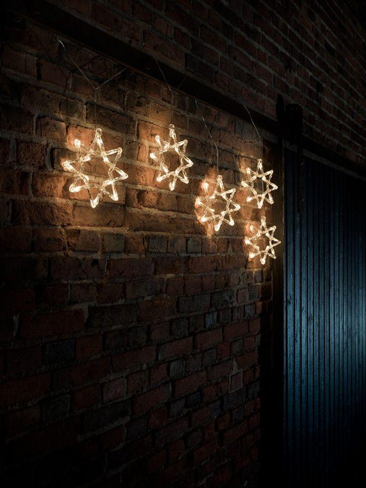 Utendørs LED slynge med 60 varmhvite lys fra Konstsmide. Slyngen har 5 åttekantene stjerner i akryl som vakkert vil pynte opp husvegg eller hage. Du kan såklart også bruke slyngen innendørs.