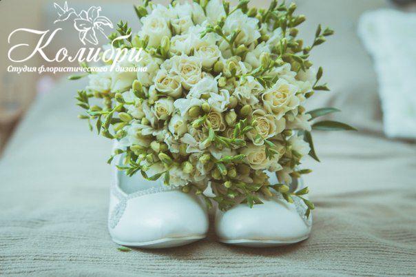 Белый букет невесты. Фрезия и кустовая роза. Wedding flower