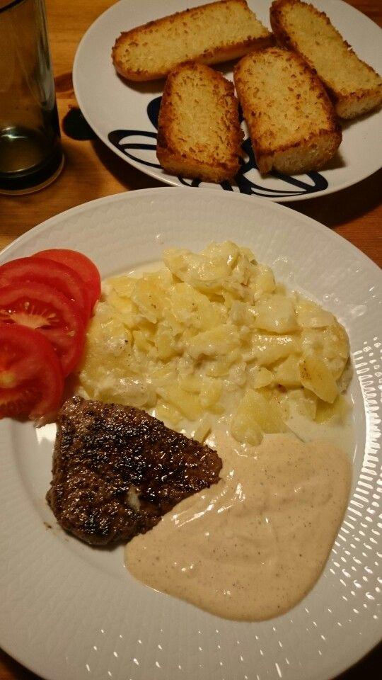 Grönpepparsås. Potatisgratängen och kött.