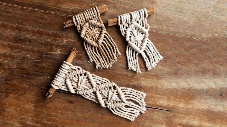 Hacemos unos mini tapices utilizando 6 tiras de hilo de algodón ( teñido con cascara de cebolla). Vamos a tejerlos sobre  ramitas de canela . Macrame Design, Macrame Art, Macrame Projects, Macrame Knots, Macrame Wall Hanging Patterns, Macrame Patterns, Ideias Diy, Yarn Crafts, Diy Gifts
