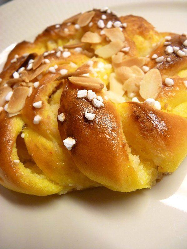 Recept på Saffransbullar med mandelmassa. Enkelt och gott. För att få vetebrödet riktigt saftigt har vi helt enkelt utgått från ett gammalt beprövat recept på saffransdeg för lussekatter. Vetebröd med mandelfyllning kan ibland bli så sött att man tror att tänderna ska krulla sig, men dessa är inte alls så. De får en fin ton av mandel samtidigt som de är precis lagom söta. Lite pärlsocker och flagad mandel på toppen förhöjer både smak och utseende.