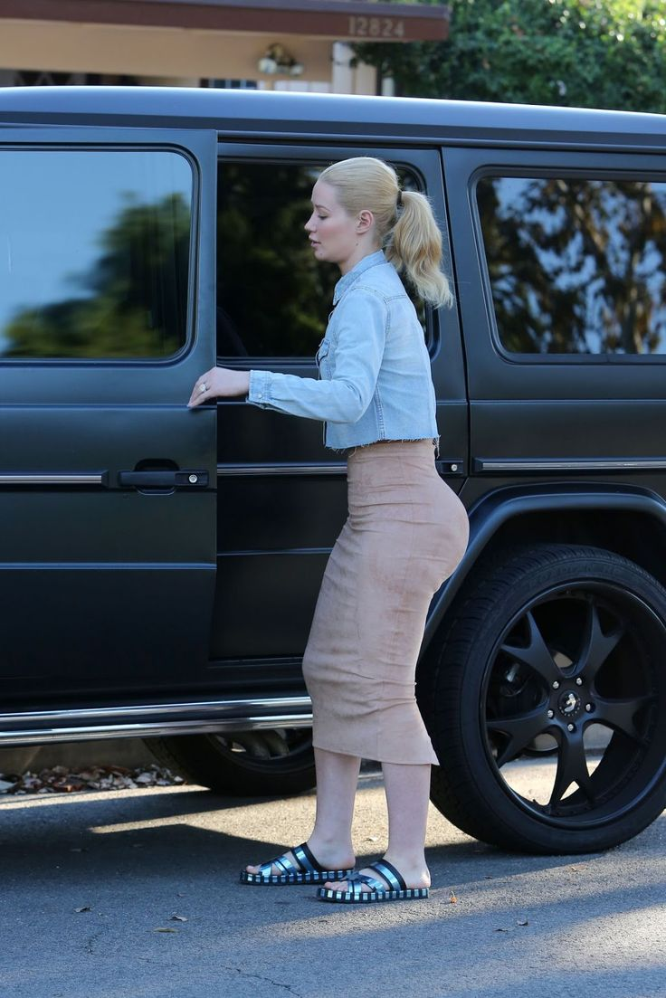 Iggy Azalea leaves a Friend in Los Angeles