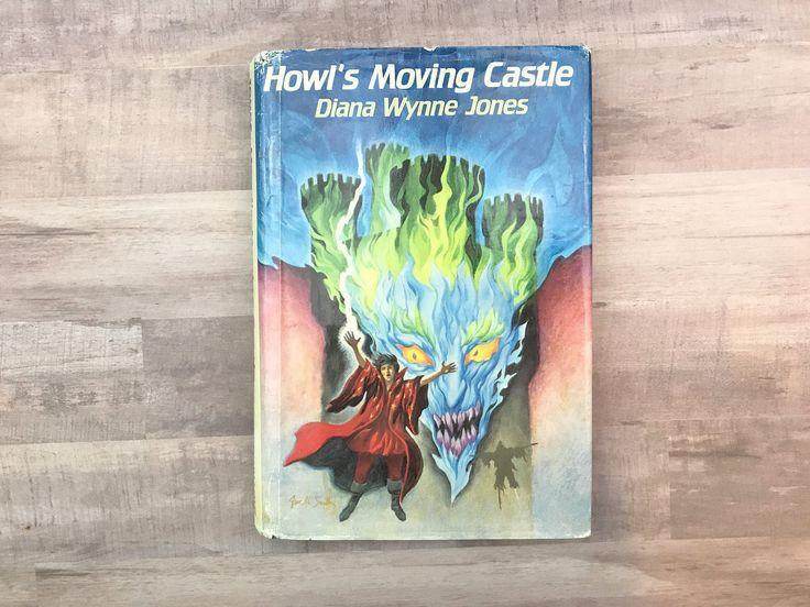 Il s'agit d'une copie rare de «Le Château ambulant» de Dianna Wynne Jones. Bien sûr, c'était l'inspiration pour le film incroyable de Hayao Miyazaki. Ce livre a sa veste originale.  Editeur: Greenwillow Année: 1986 première édition, première impression  Condition: Comme vous pouvez le voir sur les photos, ce livre n'est pas en bon état. Nombreuses années un livre de bibliothèque, il a certainement fait des ravages. La veste a une usure sur les bords et éraflures. Il y a divers…