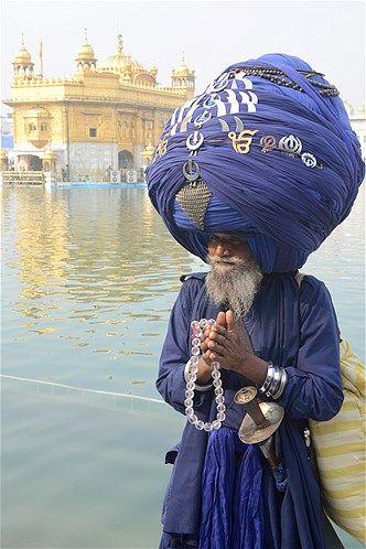 Un miembro del Ejército Nihang sij lleva un turbante hecho de casi 1.000 pies de tela durante el festival Maghi Mela en el Templo Sikh Santuario de Oro en Amritsar, India
