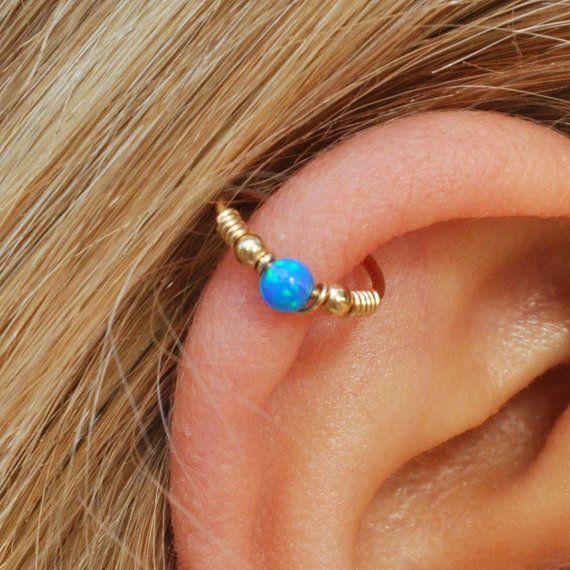 Kraakbeen oorbel - Helix Earring - Septum - Opal Helix hoepel - Helix earring - Helix piercing - kraakbeen hoop earring - septum jewelry Zeer cool en stijlvol ***  ÉÉN hoepel earring voor alle piercings: helix, tragus, neus, oor.  * 100% 14K gold filled * Opaal kraal 3mm  SPOORWIJDTE: 20 gauge - 0.8 mm  * Binnendiameter: 8mm, 9mm, 10mm, 11mm, 12mm.  HOE OP TE ZETTEN? Open de ring draai voorzichtig de uiteinden zijwaarts, ontaarden in het gat en vervolgens draai voorzichtig de uiteinden terug…