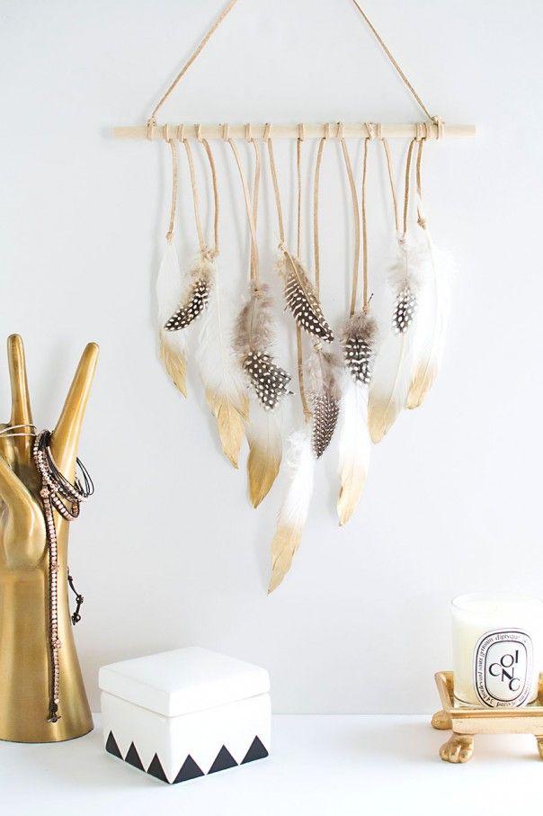 DIY závěsná dekorace z peříček. DIY feather wall hanging.