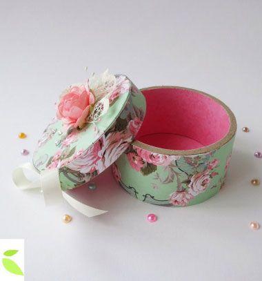 DIY round vintage gift box from tape tube - recycling craft // Kör alakú vintage ajándékdoboz ragasztószalag gurigából // Mindy - craft tutorial collection // #crafts #DIY #craftTutorial #tutorial #ValentineCrafts #ValentinesDayCrafts #DIYAnniversaryGifts