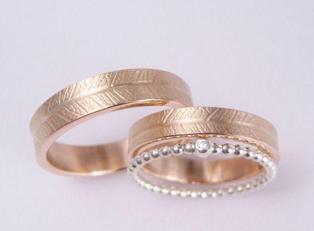 Ringmaße: Breite: 4 mm & 5 mm, Größe: eure! Material: Roségold 333, Silber 925, Brillant, SI Wesselton, 1,5mm  Das Oberflächenmuster wurde durch Prägung echter Blätter in Gold hergestellt. Bei...