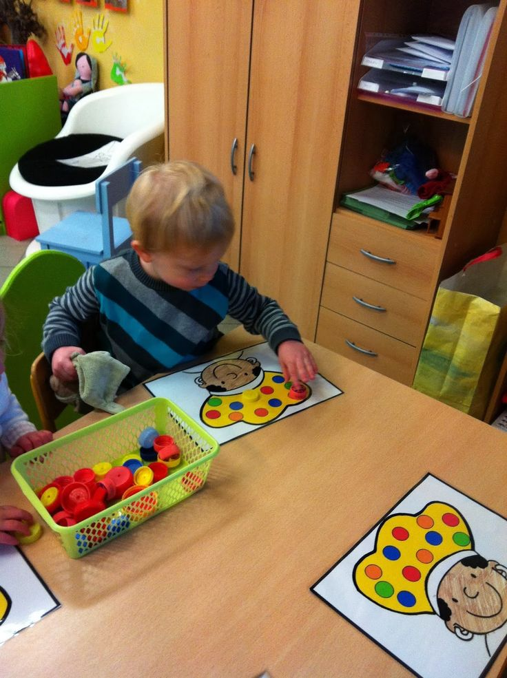 Sorteerspelletje: versier de pietenmuts In ons kringetje hangt een praatplaat van Sint en Piet Help jij Zwarte Piet o...