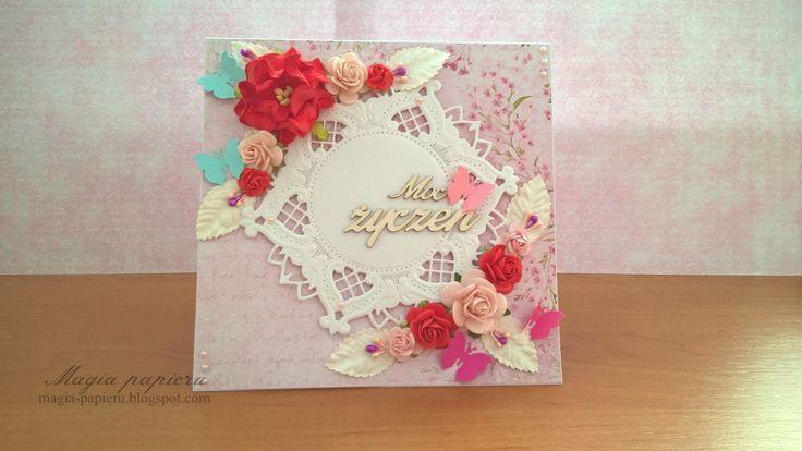 Kartka wykonana z okazji urodzin. Do jej przygotowania użyto pięknych różowo-czerwonych kwiatów Wild Orchid Crafts, pręcików, białych listków, półperełek oraz papierowych motylków.