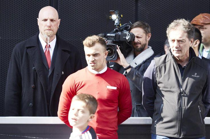 Danach steht Shaqiri etwas ratlos am Rande eines Junioren-Showspielchens. Michel Pont (r.), ehemaliger Assistent der Schweizer Nationalmannschaft, ist auch nach Basel gereist, um seine PR-Stunden abzusitzen. Der Sicherheitsmann hinten tut, was er tun muss: Er blickt grimmig.