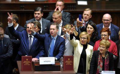 16.12.2016 | Przerwane głosowania, blokada mównicy. Pokłosie zmian dla dziennikarzy w Sejmie