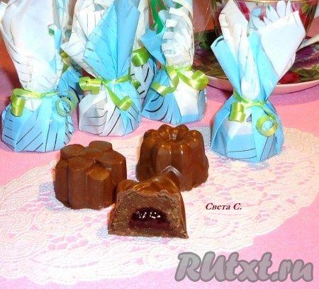 Шоколадные конфеты с клубничным джемом