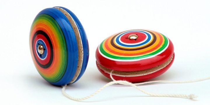 Elke periode kent zijn eigen rages en iedereen heeft er in zijn jeugd wel aan eentje meegedaan. Van Flippo's tot jojo's en van hoelahoepen tot Pokémonkaartjes. Tijd voor een terugblik: dit zijn de coolste/vetste/hipste rages uit vervlogen tijden. Flippo's Tamagotchi Rubix Klaparmbandjes Steeds weer hip: de jojo Lolobal  Game Boy Uit de seventies: Klik…