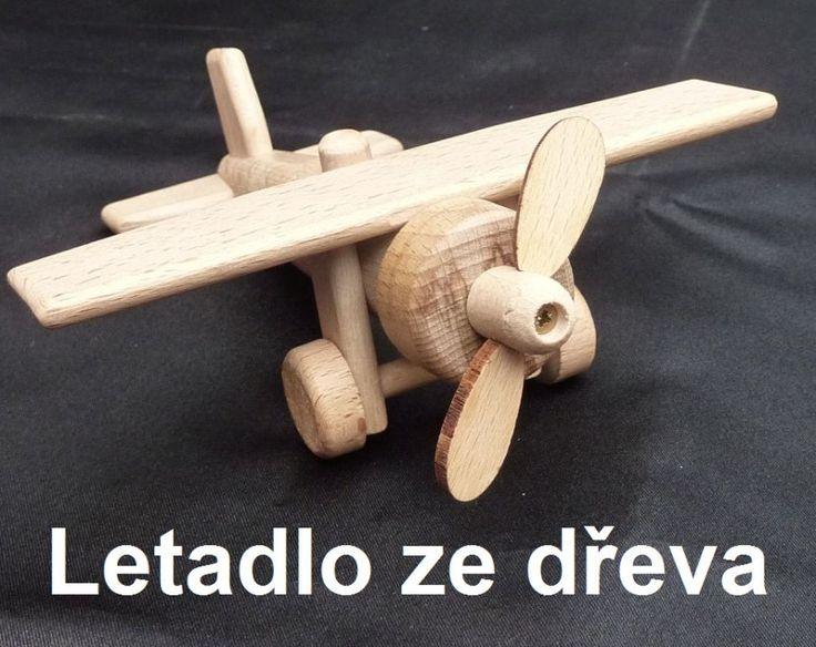 Hračka dřevěné letadlo hornplošník s pohyblivou vrtulí a koly. Roztomilá hračka pro malé děti. skladem na www.soly.cz