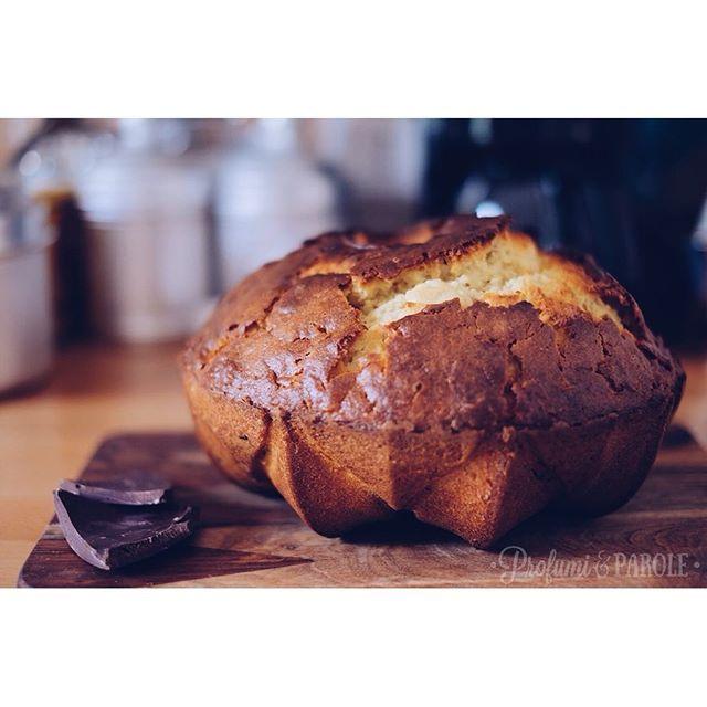 Questo ciambellone rustico con i pezzi di cioccolato parla di me. Ruvida e morbida. #profumieparole #ciambella #ciambellone #cake #homemade #home #sweet #torta #chocolate #chocolate #cioccolato #cookmagazine #cooking #baking #dolce #merendaitaliana #merenda #italianfood #ciboitaliano #vsco #vscocam #vscofood #vscogood #vscogrid #xt10creativityeveryday #piacenza #lacucinaitaliana #top_food_of_instagram #inthekitchen #instadaily