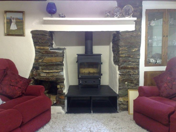 This Woodwarm Fireview is sat on a raised slate hearth so that there is room for log storage underneath.     #woodwarm #fireview #stove #fire #fireplace #wood #burner #traditional #freestanding #log #store #slate #hearth #kernowfires #wadebridge #redruth #cornwall