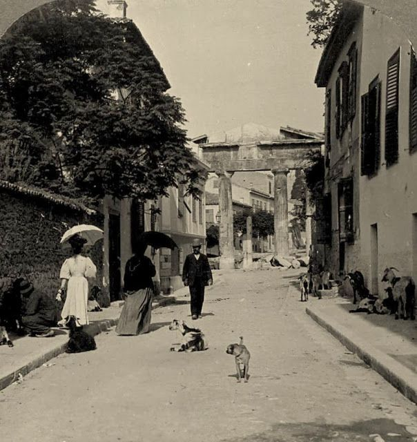 Αθήνα, Πλάκα 1908. Κυρίες, κύριοι και τετράποδα συνυπάρχουν με φόντο την «Πύλη της Αρχηγέτιδος Αθηνάς».