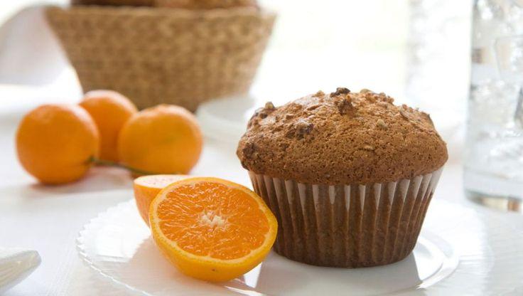 Heerlijke sinaasappelmuffins voor als nagerecht bij de koffie. U heeft 10 papieren cakevormpjes (caises) of een bakvorm voor scones nodig.