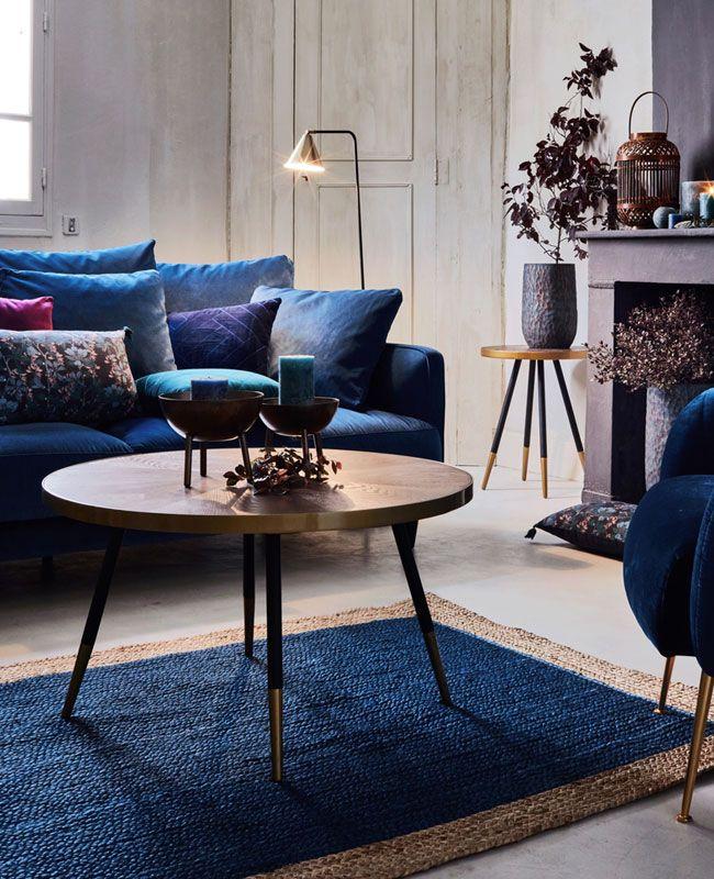 Utiliser Le Bleu Pour Une Deco Moderne En 2020 Tapis Jute Decoration Maison Table Basse