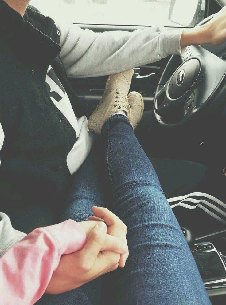 Картинка парень держит за руку девушку в машине